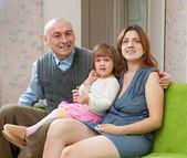 Šťastný pár s dva leté dívky — Stock fotografie