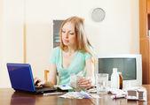 Mulher loira, escolhendo a farmácia on-line de medicação — Fotografia Stock