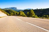 Estrada de asfalto através de montanhas — Foto Stock