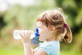 Bebiendo de la botella de bebé — Foto de Stock