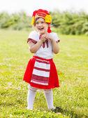 Niño en trajes folclóricos tradicionales — Foto de Stock