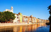 River Onyar and picturesque houses in Girona. Catalonia — Stockfoto