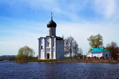 Church of the Intercession on River Nerl in flood — Stock Photo