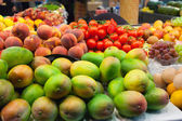 Mangoes in the market — Stock Photo