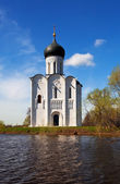 Church of Intercession on River Nerl in flood — Stockfoto