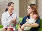 Docteur prescrit à l'enfant le médicament — Photo
