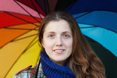 Mujer de pelo largo bajo paraguas — Foto de Stock