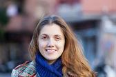 Niña sonriente pelo largo en otoño — Foto de Stock
