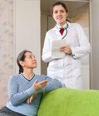 Doktor se ptá, že šťastný starší pacient cítí — Stock fotografie