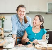Mulheres fazendo tortas ou bolinhos de carne juntos — Fotografia Stock