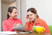 Mother berates adult daughter for bills — Stock Photo