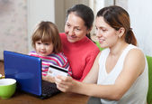 Family doing shopping in internet with credit card — Stok fotoğraf