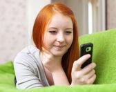 十几岁的女孩的手机发送短信 — 图库照片