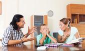 Γονείς επιπλήττει γιο για underachiever — Φωτογραφία Αρχείου