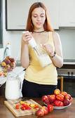 女性のネクタリンからミキサーで飲料を料理 — ストック写真