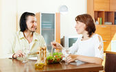 Woman with man eating vegetables salad — Stock Photo