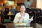 Reife frau frühstücken — Stockfoto