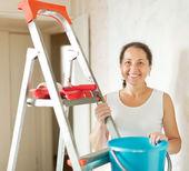 Mature woman makes repairs at home — Stock Photo