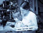 Mother and child preparing for Christmas at home — Stock Photo