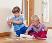 電気延長で遊んで 2 人の子供 — ストック写真