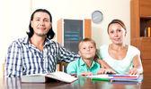 šťastná rodina dělat domácí úkoly — Stock fotografie