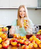 Gitl with fresh fruit beverage — Stock Photo