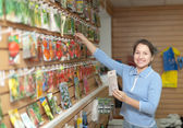 Saleswoman with seeds at store — Stock Photo