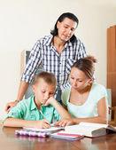 Göra läxor tillsammans — Stockfoto