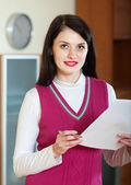 Portret van brunette vrouw met financiële documenten — Stockfoto
