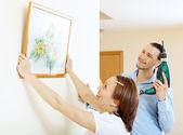 Middelbare leeftijd man en vrouw opknoping kunst afbeelding in frame — Stockfoto