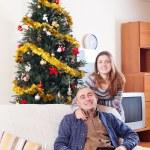 ευτυχούς ζεύγους που γιορτάζει τα Χριστούγεννα — Φωτογραφία Αρχείου