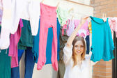 Girl hanging clothes to dry — Stock Photo