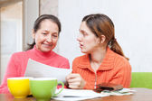 Mother berates adult daughter for bills — ストック写真