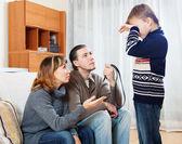 Mère et père avec l'adolescent admonestant de ceinture — Photo