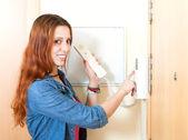 красивая молодая женщина, говоря на дома-видеофон крытый — Стоковое фото