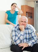 Zdenerwowany mężczyzna przed żoną — Zdjęcie stockowe