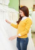 Dress Shop düğün moda kadın seçer — Stok fotoğraf