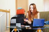 Žena nákup letenky nebo rezervaci online hotel — Stock fotografie