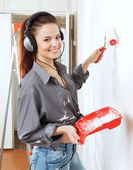 Happy woman makes repairs in the apartment — Stock Photo
