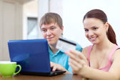 在互联网上信用卡支付的夫妇 — 图库照片