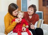 与成熟的祖母照顾幼儿生病的母亲 — 图库照片