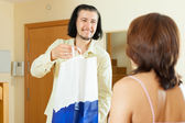 Man gives gift to woman at home — Stock Photo