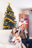 Famille avec arbre de Noël — Photo