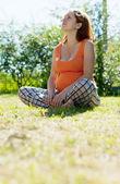 Mujer embarazo en prado de verano — Foto de Stock