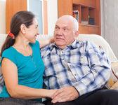 Kärleksfull äldre par på soffan hemma — Stockfoto