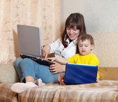 快乐的女人和孩子的笔记本电脑 — 图库照片