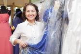 Mulher madura na loja de roupas da moda — Foto Stock