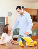 Couple talking over breakfast — Stock Photo