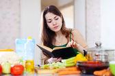 調理料理の本と思いやりのある女の子 — ストック写真