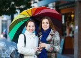 Volwassen vrouw met volwassen dochter in de herfst — Stockfoto